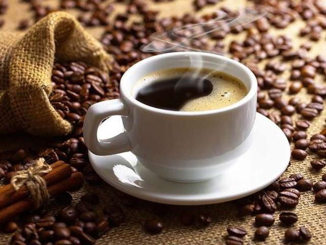 دن میں 4 کپ سےزائد چائے یا کافی پینے والے افراد بلڈ پریشر جیسےامراض کا شکار ہوجاتے ہیں، طبی ماہرین