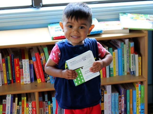 اگر بچے اوائل عمر میں ہی کتابوں کے شوقین ہوجائیں تو بڑھاپے میں ان کا دماغ تروتازہ اور امراض سےپاک رہ سکتا ہے۔ فوٹو: فائل