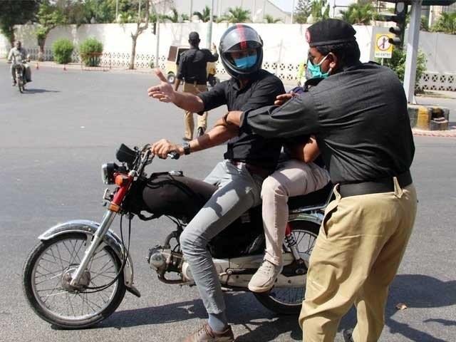 کراچی، حیدرآباد میں 2 دن اور ضلع خیرپور میں 6 دن کیلیے ڈبل سواری پر پابندی عائد کی گئی ہے