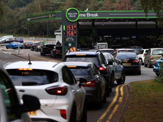 لندن سمیت ملک بھر میں 4 روز سے پٹرول کی قلت، پمپوں پر گاڑیوں کی میلوں لمبی قطاریں