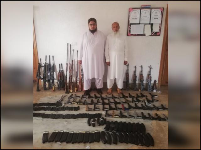 ملزمان ثناء اللہ باچا اور فضل سبحان پشاور کے رہائشی ہیں اور وہ یہ اسلحہ پشاور سے مانسہرہ اسمگل کررہے تھے، اے این ایف۔(فوٹو: ایکسپریس)