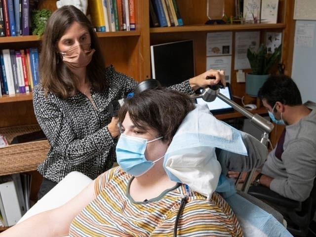 36 سالہ سارہ دنیا کی پہلی مریضہ ہیں جن کی دماغی سرگرمی کا نمونہ دیکھتے ہوئے دماغ میں برقی پیوند لگایا گیا ہے۔ تصویر میں کھڑی ہوئی ڈاکٹر کیتھرین اور ان کے ساتھی بھی نمایاں ہیں۔ فوٹو: بشکریہ یونیورسٹی آف کیلیفورنیا سان فرانسسکو
