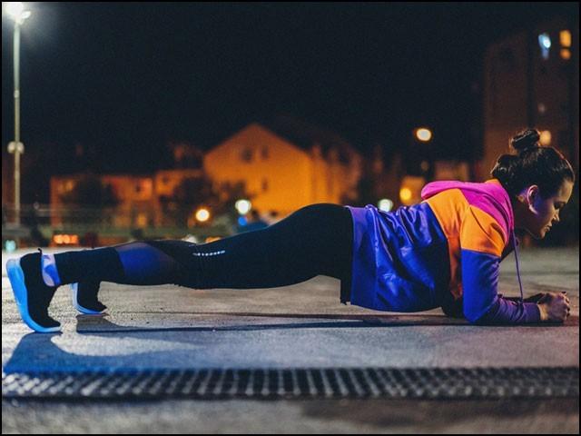 اگر چست رہنا چاہتے ہیں تو سونے سے کم از کم دو گھنٹے پہلے ورزش اور جسمانی مشقت پوری کرلیجیے۔ (فوٹو: انٹرنیٹ)