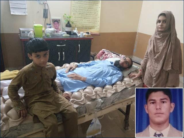 دوران ڈکیتی زخمی ہونے والے گارڈ اور اس کے بچوں کی تصویر، چھوٹی تصویر زخمی ہونے سے قبل کی ہے (فوٹو : ایکسپریس)