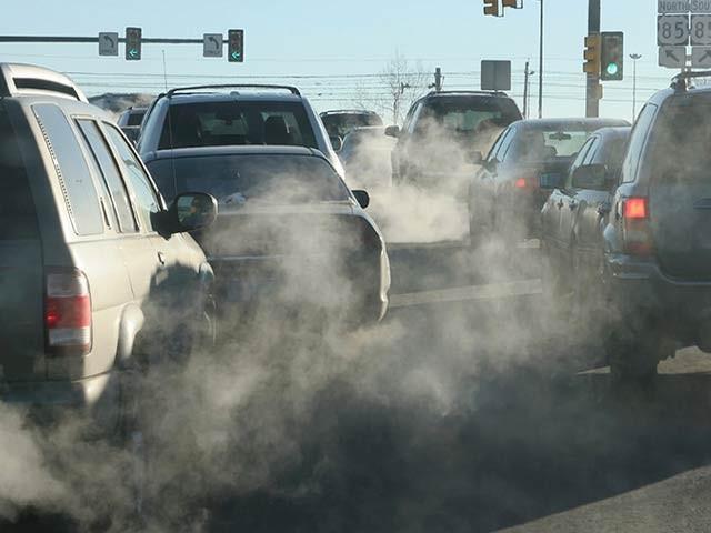 فضائی آلودگی اور شور سے بالخصوص خواتین میں امراضِ قلب کا خطرہ بہت بڑھ جاتا ہے۔ فوٹو: فائل