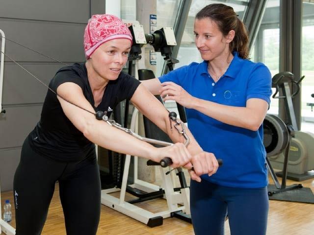 جسمانی اور پٹھوں کی ورزش سے سرطانی رسولیوں کی افزائش سست پڑجاتی ہے۔ فوٹو: فائل