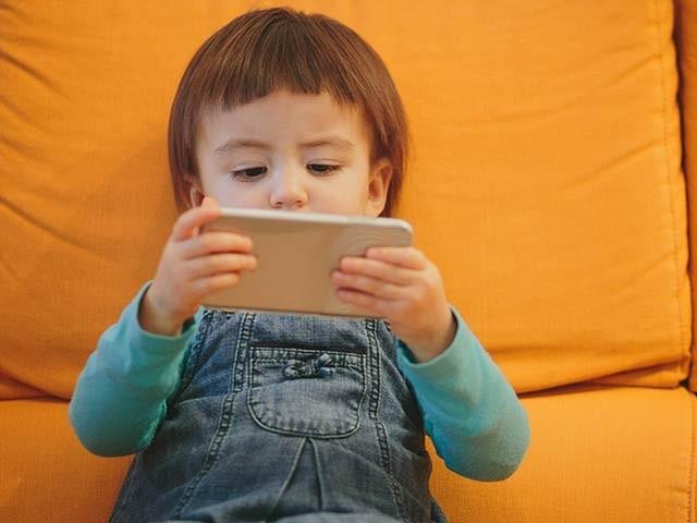 دو سال کے بچوں کو اسمارٹ فون یا ٹیبلٹ اسکرین بالکل نہ دکھائیں فوٹو: فائل