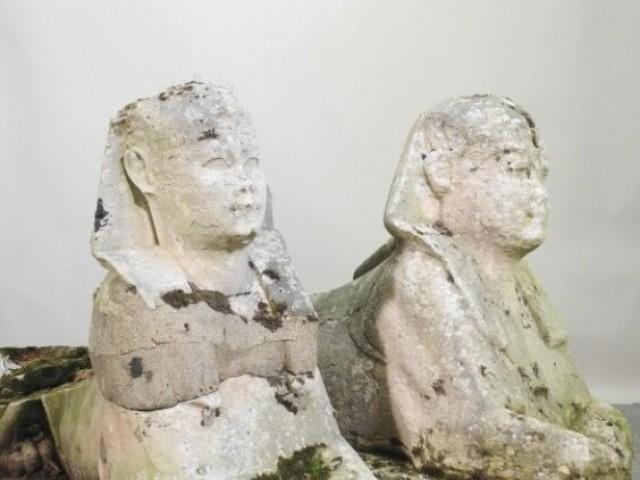 برطانوی گھر میں رکھے دو مجسمے درحقیقت قدیم فراعین سے تعلق رکھتے ہیں جو پانچ کروڑ روپے سے زائد میں فروخت ہوئے ہیں۔ فوٹو: میٹرو