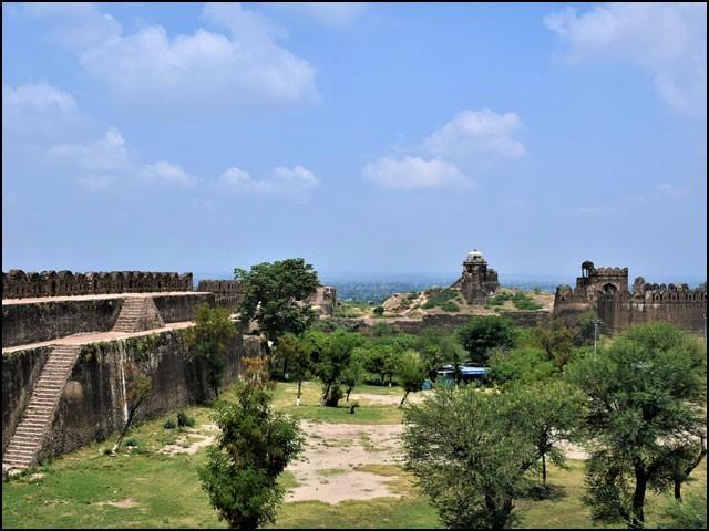 قلعہ روہتاس کی تعمیر روایتی اینٹوں کے بجائے بڑے بڑے پتھروں سے کی گئی ہے۔ (تصاویر: بلاگر)