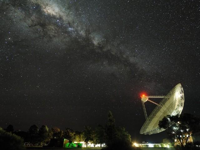 تصویر میں آسٹریلیا میں واقع پاتھ فائنڈر ریڈیائی دوربینوں میں سے ایک نمایاں ہے جہاں ملکی وے کہکشاں کے وسط سے خارج ہونے والے پراسرار سگنل کو پہلی مرتبہ دیکھا گیا تھا۔ فوٹو: بشکریہ پاتھ فائنڈر ویب سائٹ