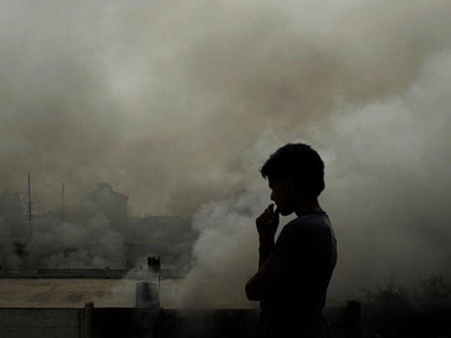 لاہور میں آلودہ ذرات کی مقدار177 اور کراچی میں 175پرٹیکیولیٹ میٹرزریکارڈ ہوئیں ۔ فوٹو : فائل