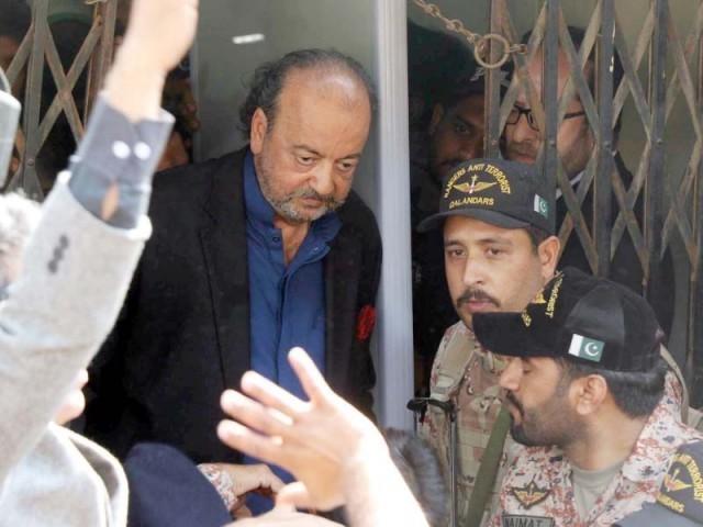 سراج درانی کے گارڈز اور پی پی پی کارکنوں نے نیب افسران کو گھر میں داخل ہونے سے روک دیا ہے فوٹو:فائل