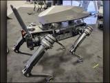 روبوٹ کتے پر رائفل کی تنصیب خطرناک اور روبوٹکس کے بنیادی اصولوں کی خلاف ورزی قرار دی جارہی ہے۔ (تصاویر: گھوسٹ روبوٹکس/ سوورڈ انٹرنیشنل/ سوشل میڈیا)