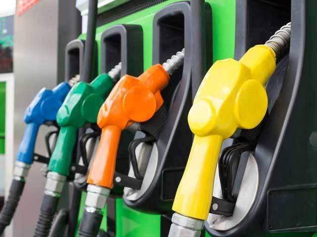 اوگرا نے قیمتوں میں 10 روپے فی لٹر تک اضافے کی سمری ارسال کردی، حتمی فیصلہ وزیراعظم کریں گے (فوٹو : فائل)
