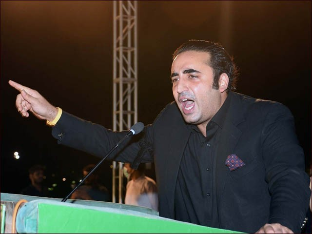 چیئرمین پیپلز پارٹی کراچی میں جلسے سے خطاب کرتے ہوئے (فوٹو : ایکسپریس)