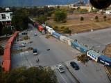 شمس آباد اور فیض آباد سے اسلام آباد کو ملانے والا راستہ بھاری کنٹینرز کھڑے کرکے مکمل سیل کردیا گیا۔ فوٹو:فائل