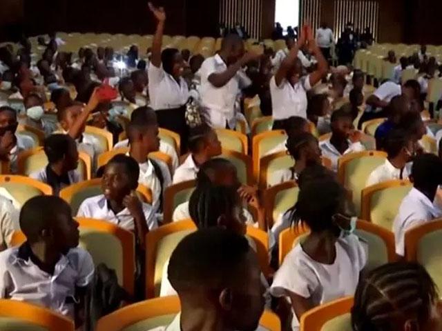 کانگو میں سیکڑوں طلبا نے پارلیمنٹ پر قبضہ کرلیا، اساتذہ کی تنخواہ بڑھانے کا مطالبہ thumbnail