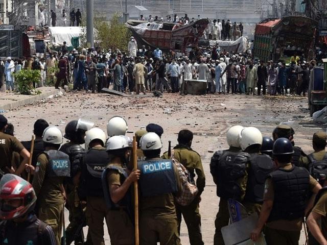 لاہور میں کالعدم تنظیم کے کارکنان نے دھرنا دے رکھا ہے، فوٹو: فائل