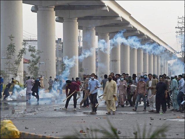تحریک لبیک اور پولیس و رینجرز کے درمیان جھڑپوں میں دونوں اطراف کے متعدد افراد زخمی (فوٹو : فائل)