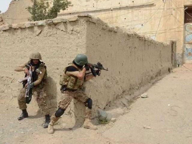 دہشت گردوں کے خفیہ ٹھکانے سے بڑی تعداد میں اسلحہ و گولہ بارود بھی برآمد کیا گیا، آئی ایس پی آر۔(فوٹو: فائل)