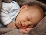 رات میں ہر ایک گھنٹے کی اضافی نیند سے نومولود بچوں میں موٹاپے کا امکان 26 فیصد کم ہوا۔ (فوٹو: انٹرنیٹ)
